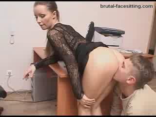 Госпожа заставляет раба сосать лизать