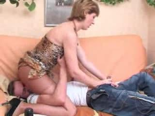 Порно мать переодевалась а сын смотрел и дрочил помогла кончить